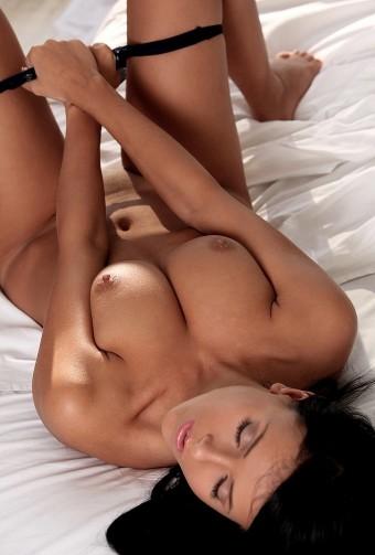 Słodka brunetka nago
