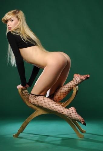 Chuda blondynka w sexi kabaretkach