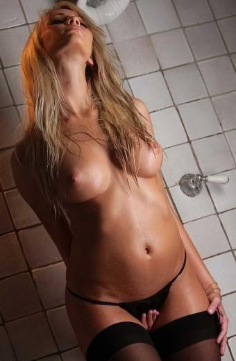 Namiętna podniecona blondynka
