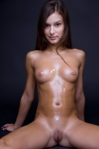 Mokra niunia z wygoloną cipką