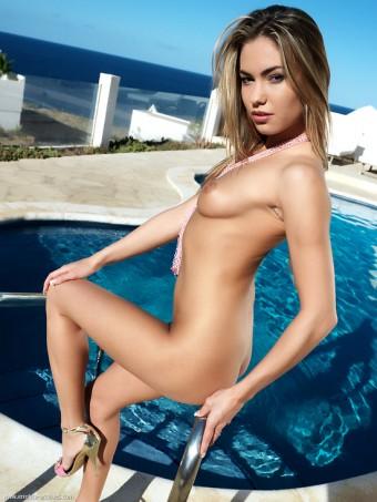 Verunka nago na basenie