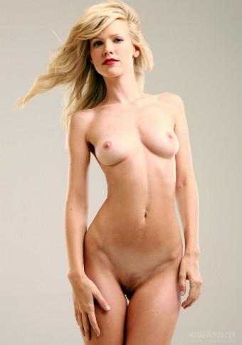 Sexi blondyneczka ściąga majteczki