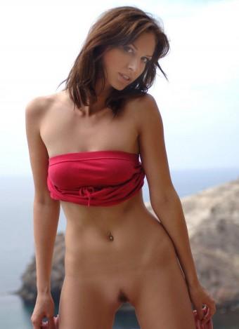 Seksowna laska w czerwonej sukience