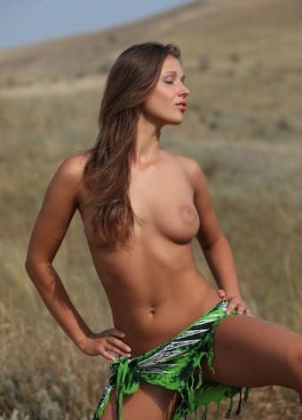 Piękna dziewczyna na łonie natury