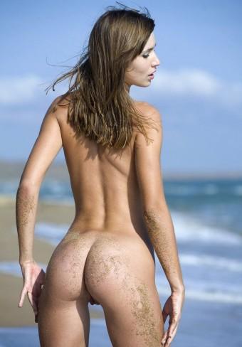 Mokra dupcia na słonecznej plaży