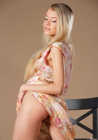 Piękna goła młoda blondynka