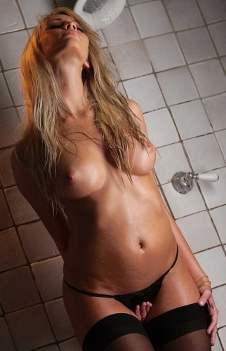 Goła Blondynka Pod Prysznicem