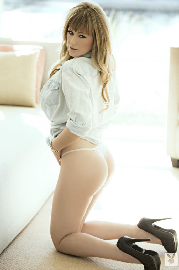 Blond modelka z dużym biustem