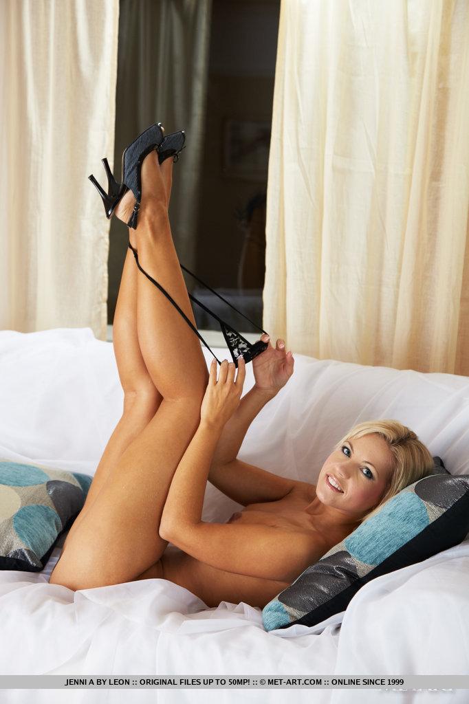 Seksowna blondyna robi dla nas striptiz