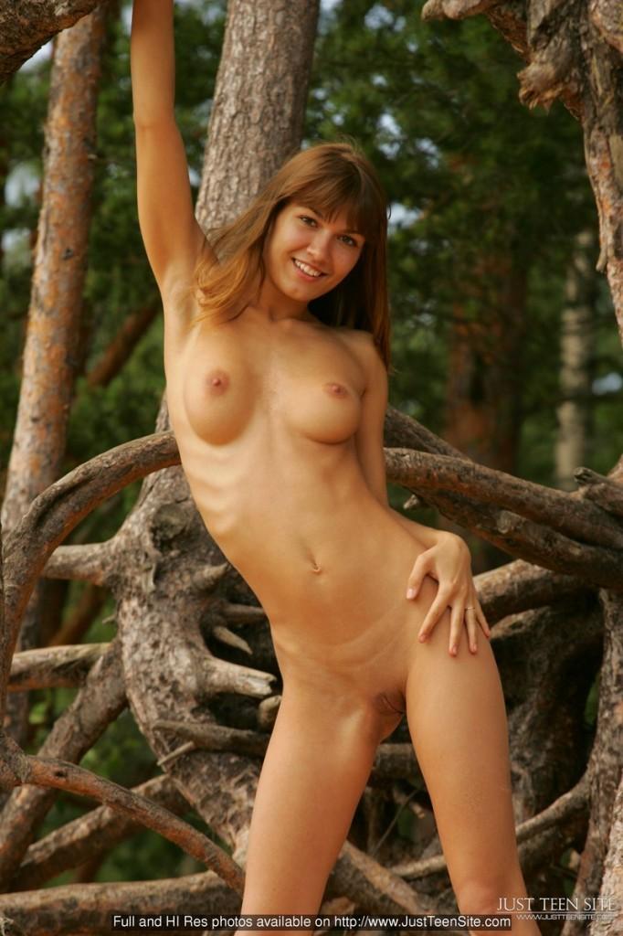 Naga dupeczka na drzewie