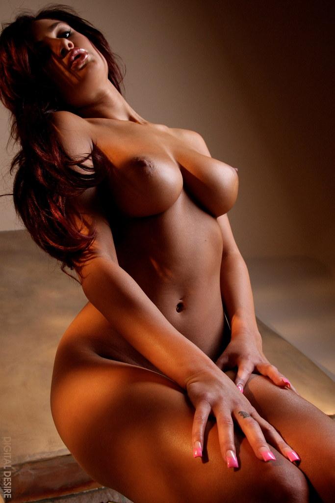 Namiętna sesja gorącej brunetki
