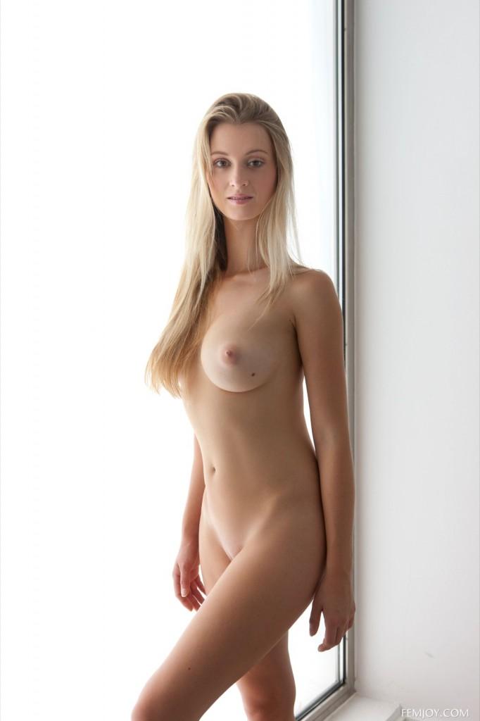 Seks blondyna wypina cycki