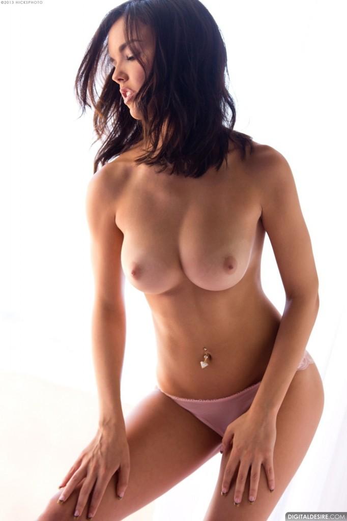Seksowna brunetka w staniku