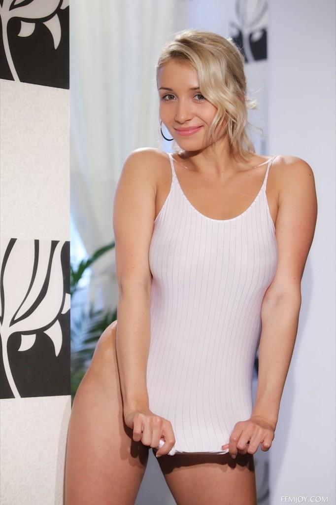 Blondi w seksownym kostiumie
