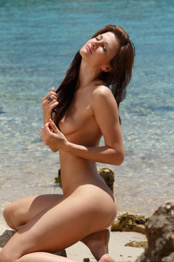 Seksi brunetka na plaży