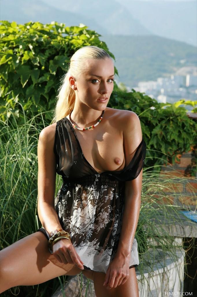 Blondi w ogrodzie