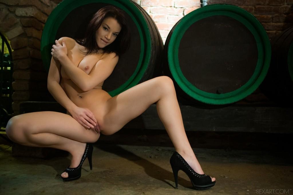 Seksowna brunetka w winnicy
