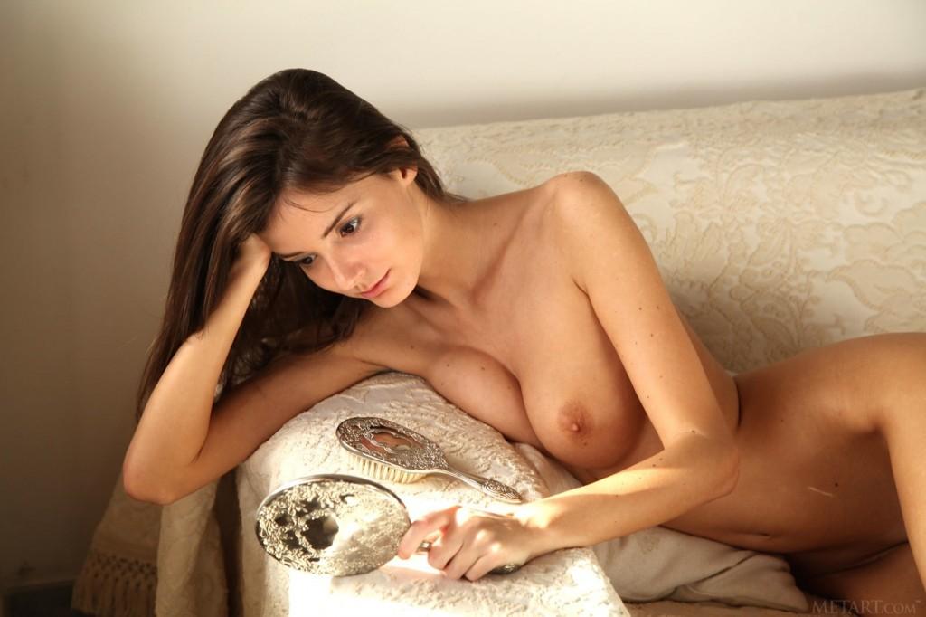 Seks brunetka z grzebieniem i lusterkiem