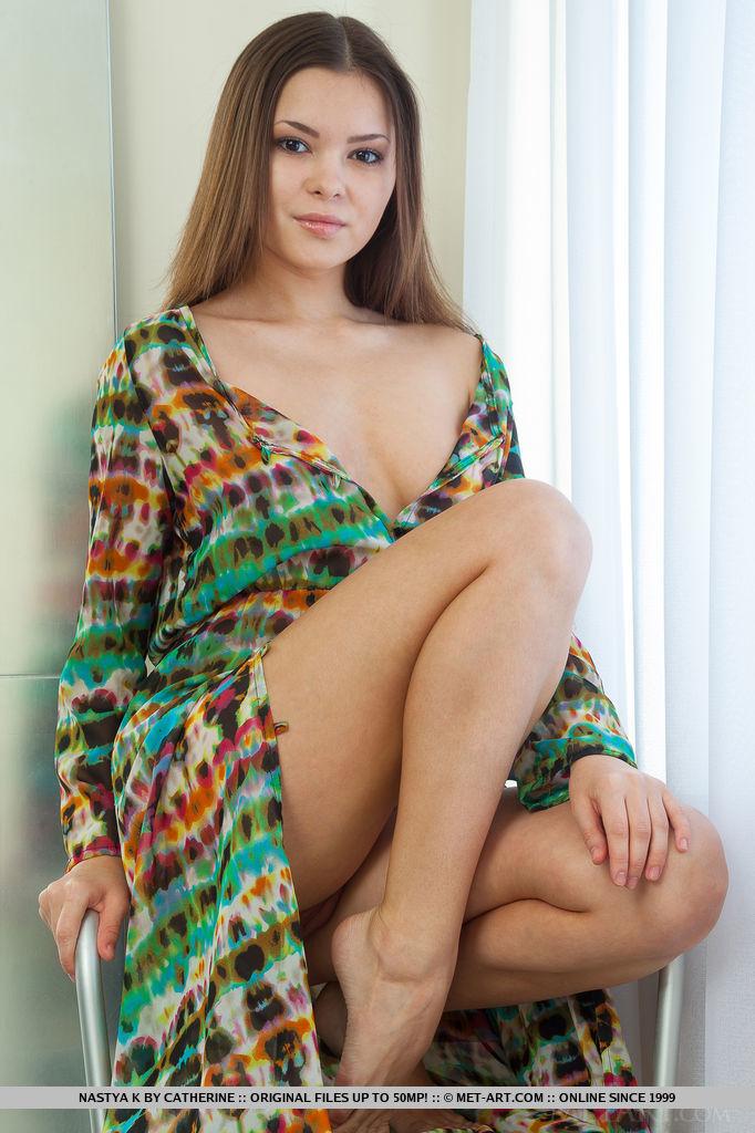 Brunetka w seksownej koszuli
