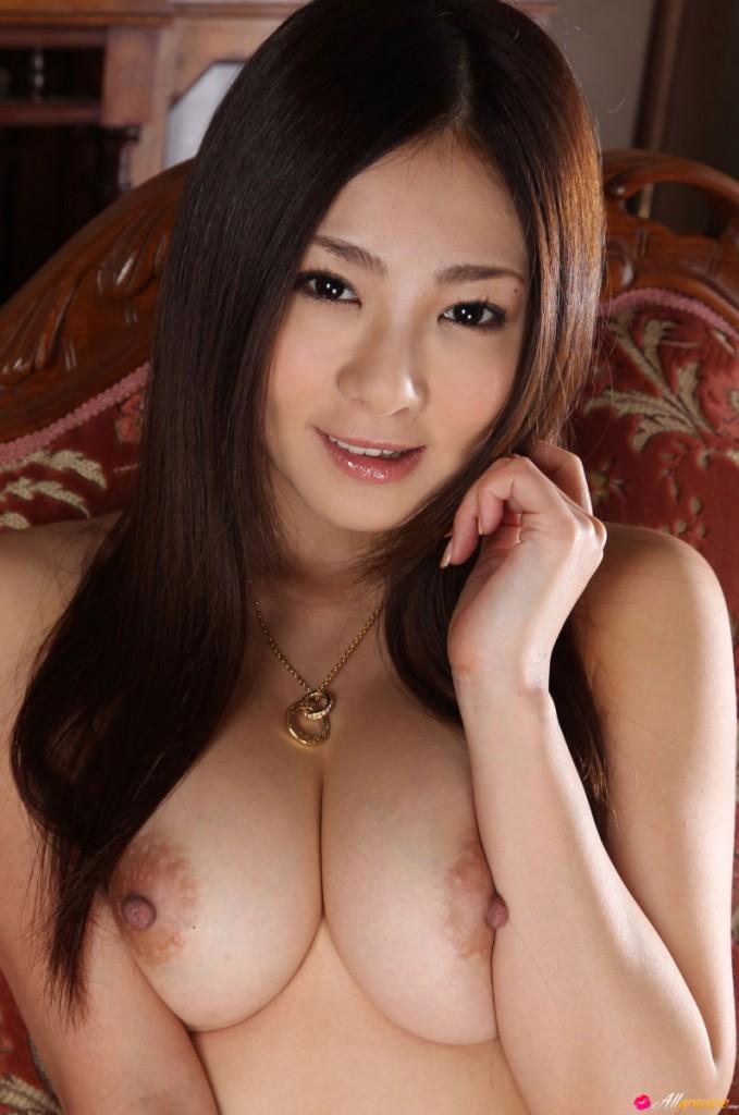 Sexowna azjatka w ogrodzie