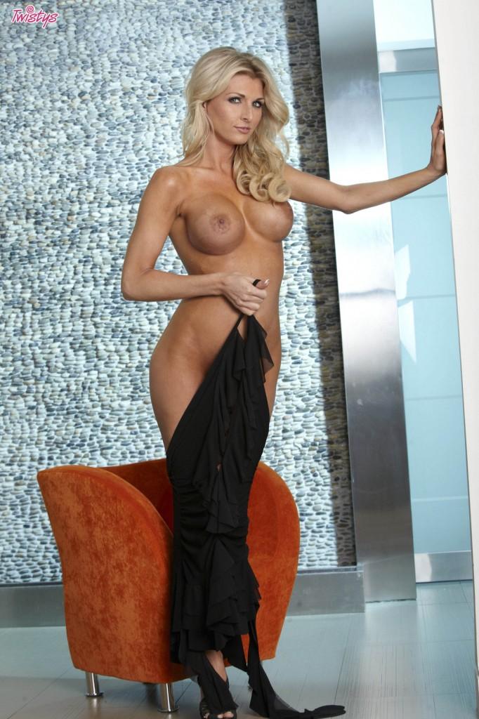 Blond w czarnej sukni