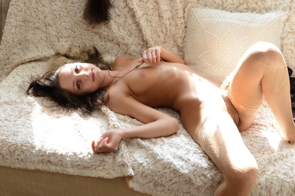 Młodziutka laseczka na futerku