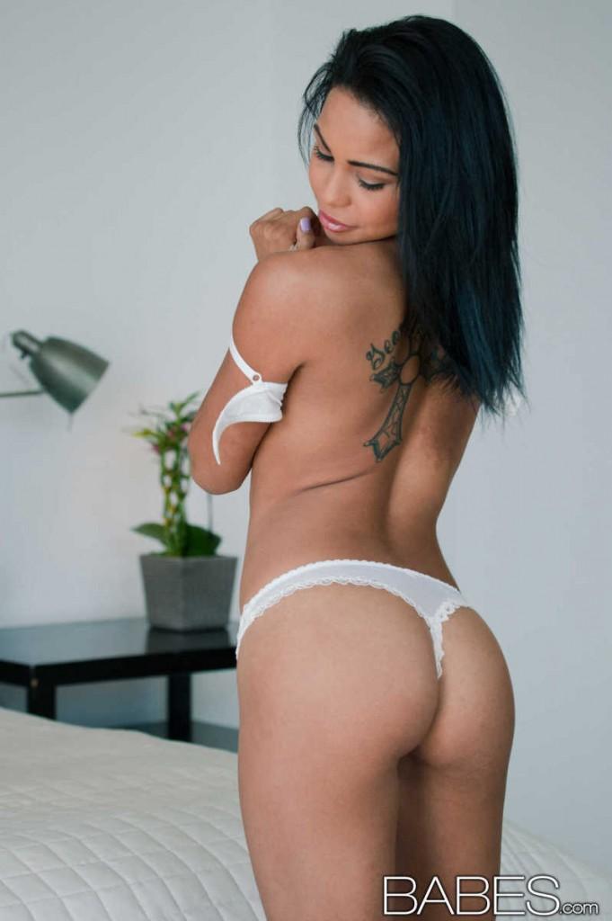 Latynoska w białych stringach