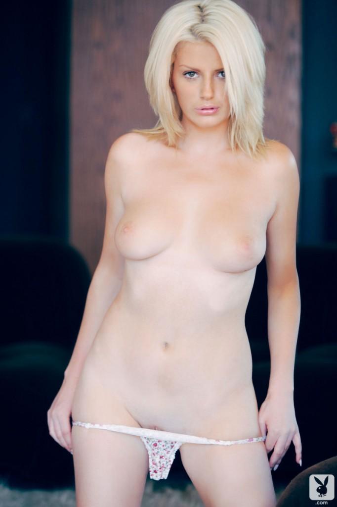 Blondynka w czerwonym biustonoszu