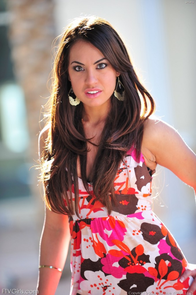 Fajna bruneta w sukience