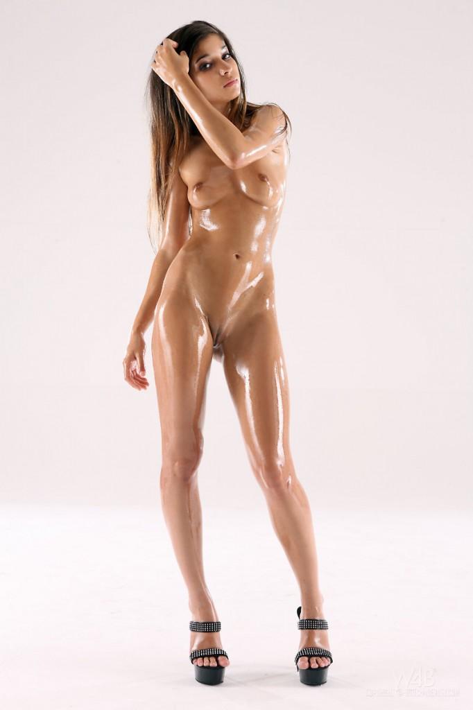 Drobna naoliwiona brunetka