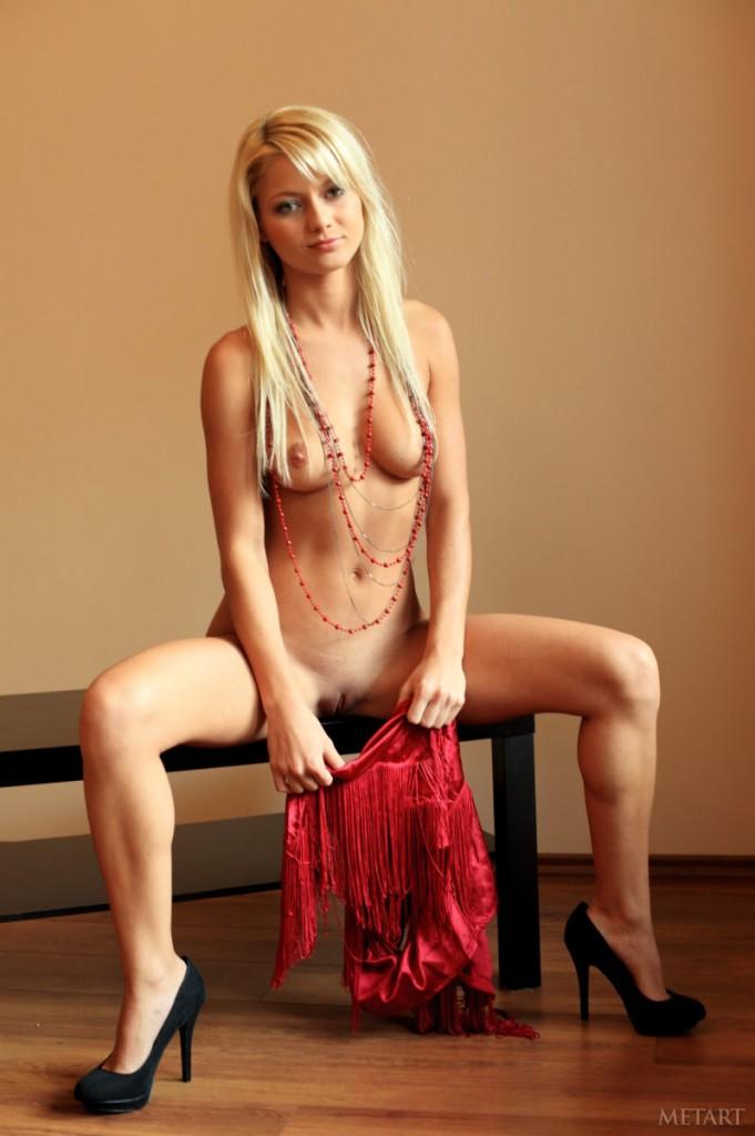 Seksowna blondyna w czerwieni