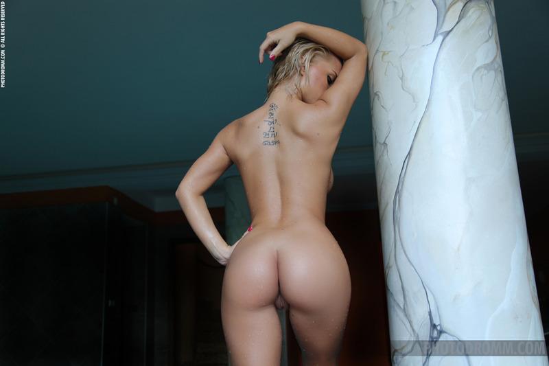 Blondyna na basenie