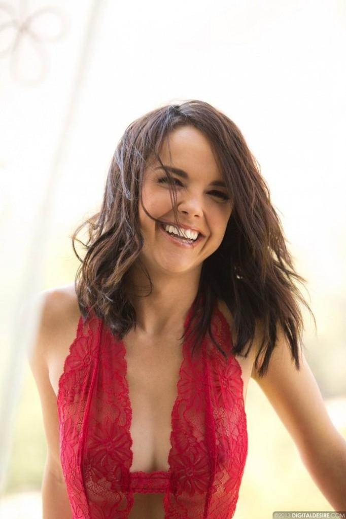 Dillion Harper z czerwonej sukience