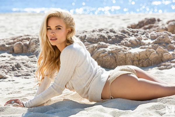 Blondynka w piasku