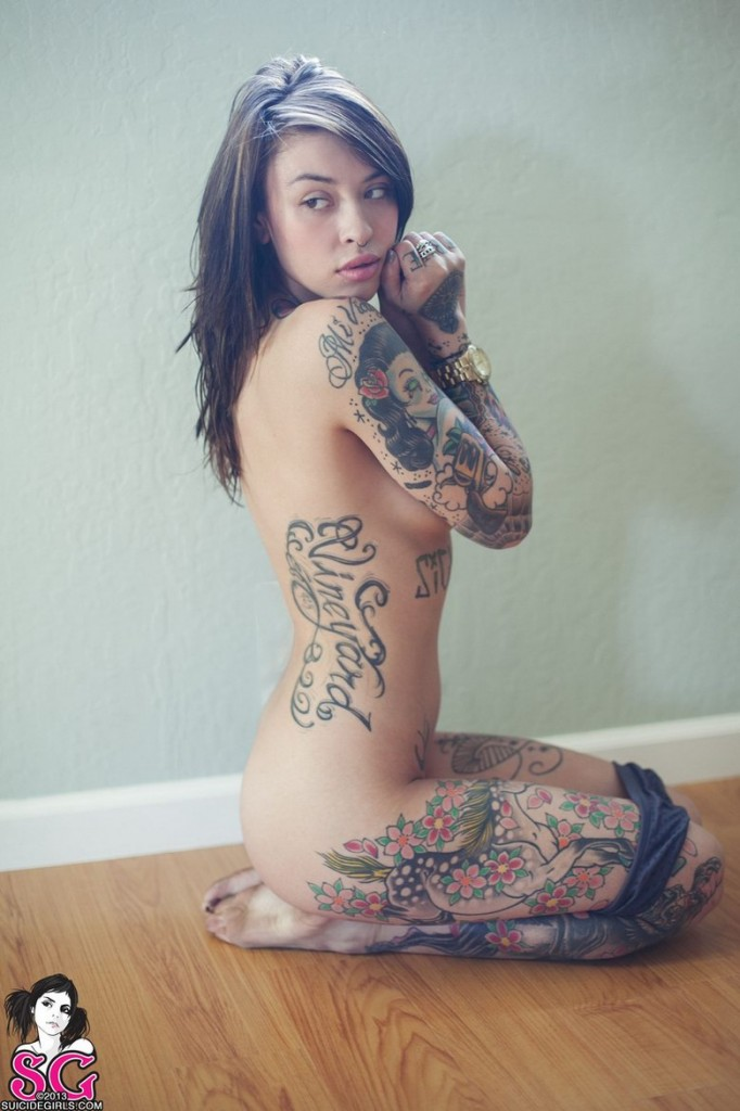 Młoda z tatuażami