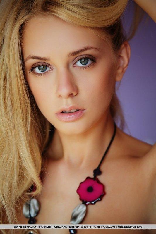 Młoda blondynka w leginsach