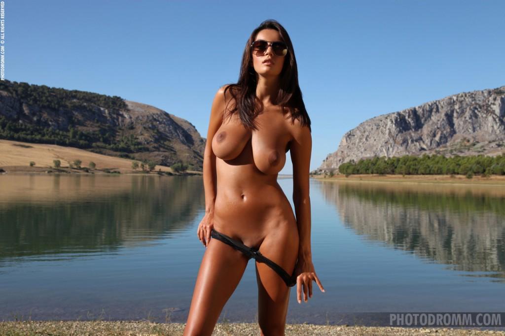 Brunetka nad jeziorem