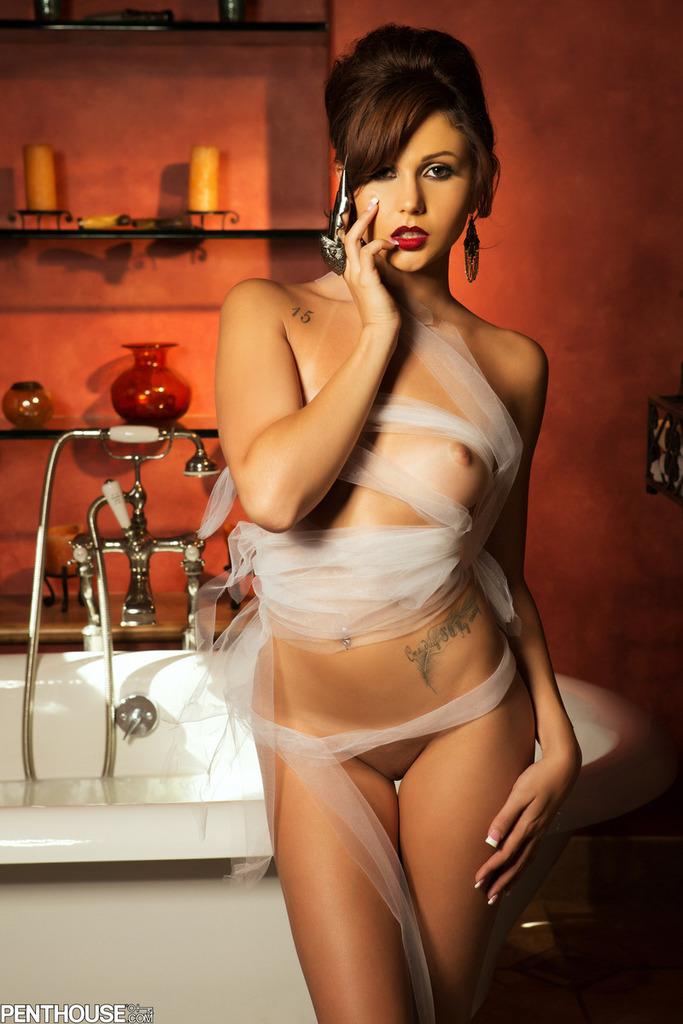 Ariana Marie w mlecznej kąpieli