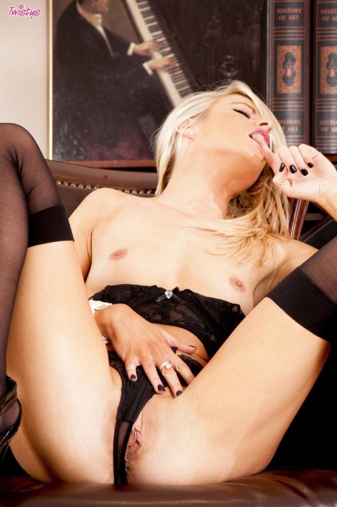 Blondynka w fotelu biurowym