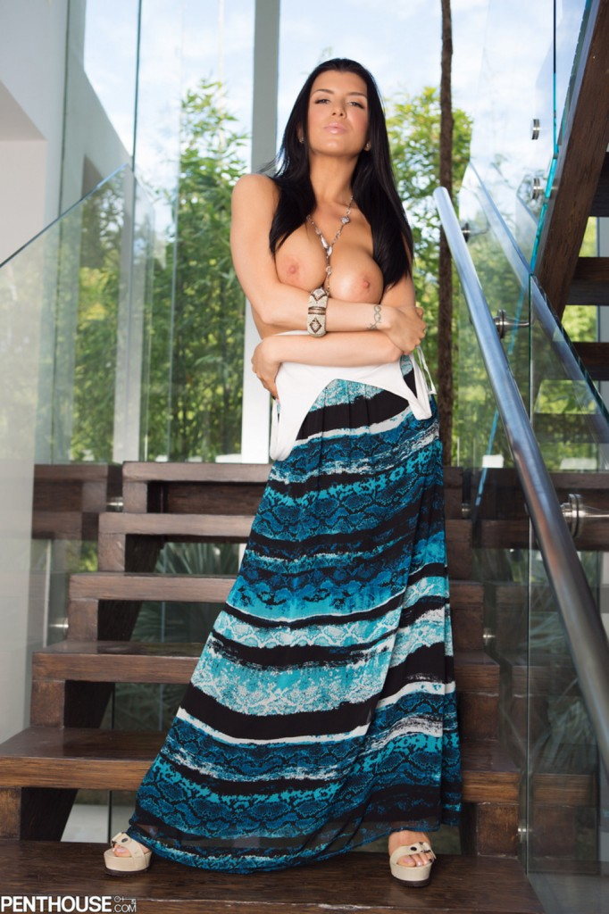 Romi na schodach podnosi sukienkę