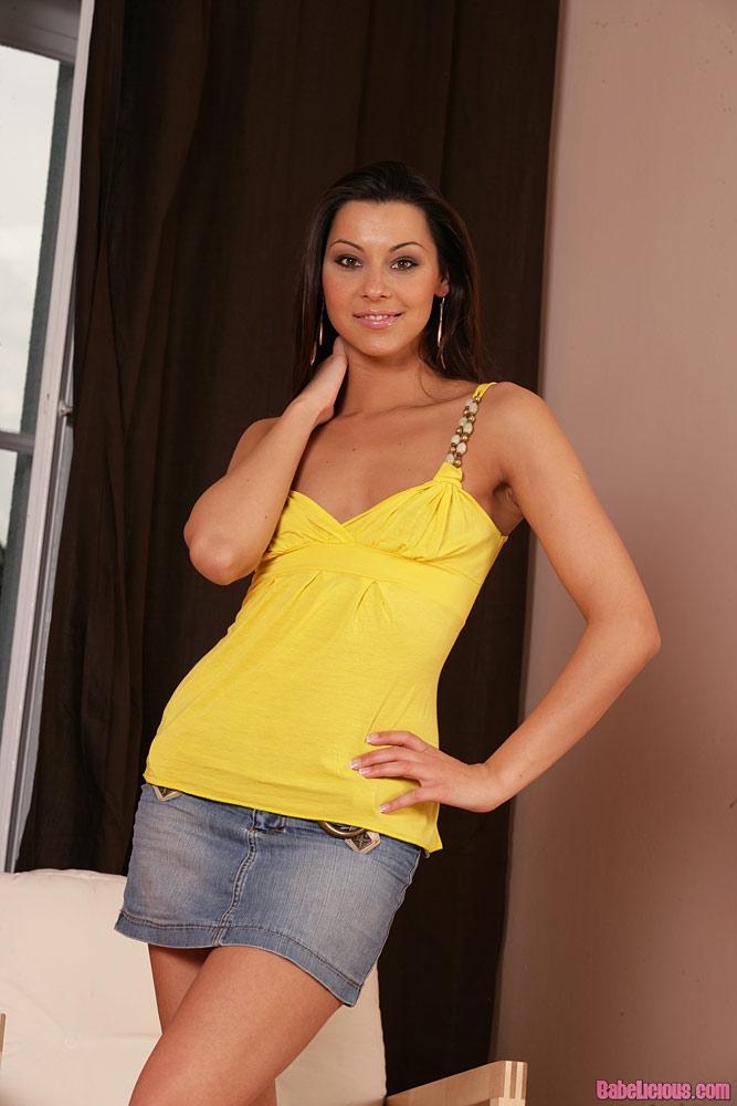 Szczupła laska z żółtej koszulce