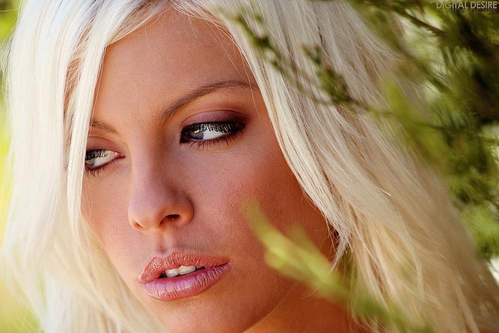 Blondynka w ogrodzie