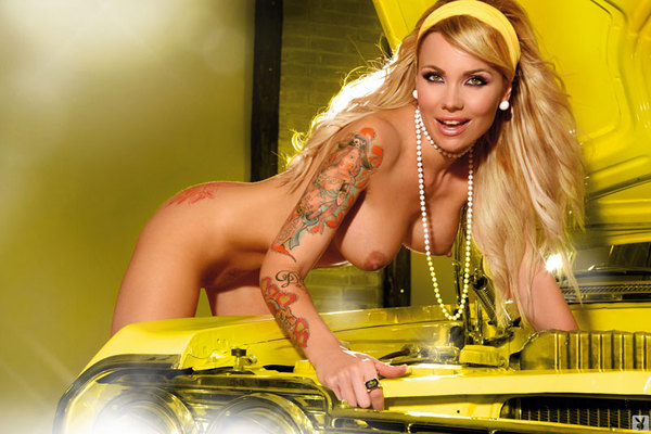 W żółtym aucie