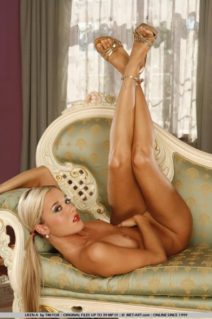 Długonoga blondynka
