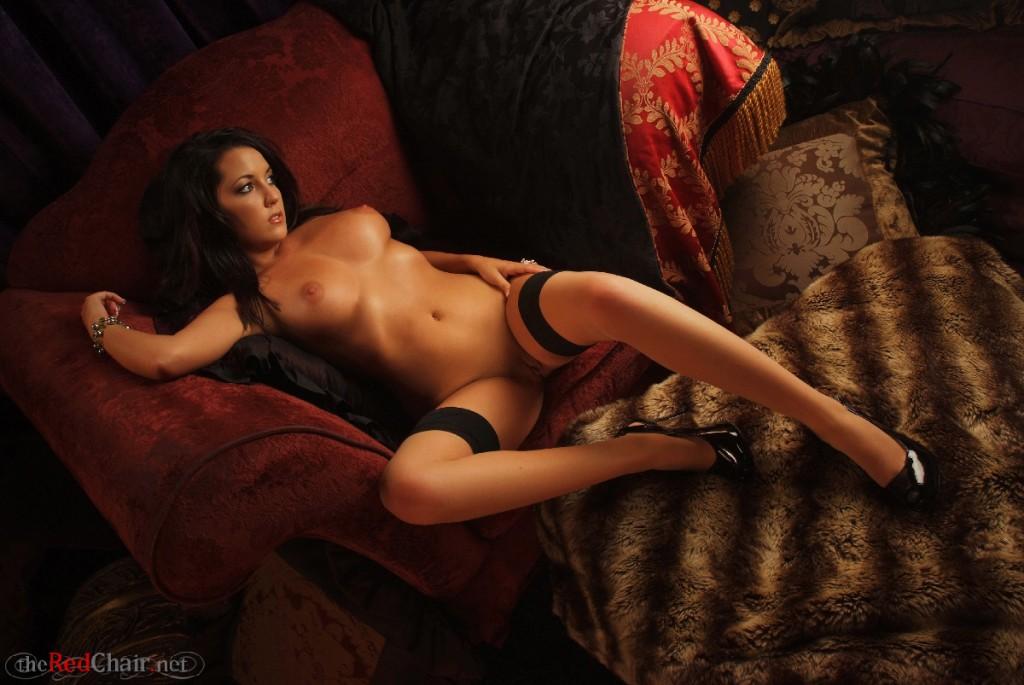 Brunetka na czerwonym krześle