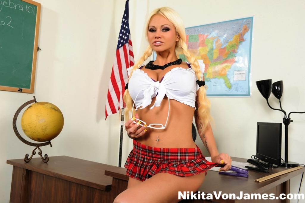 Nikita w szkole lesbijek