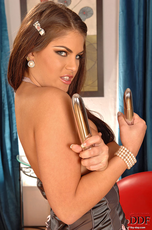 Szalona brunetka lubi anal