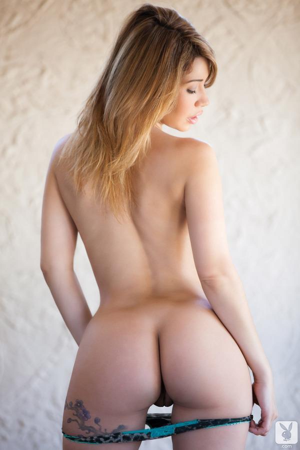 Latynoska zdejmuje bieliznę