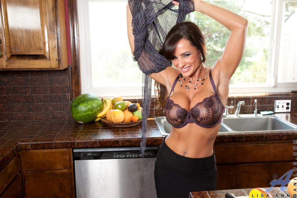 Dojrzała żona w kuchni