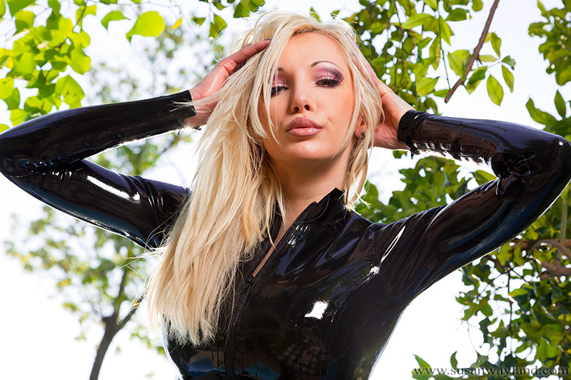 Blondynka w lateksie